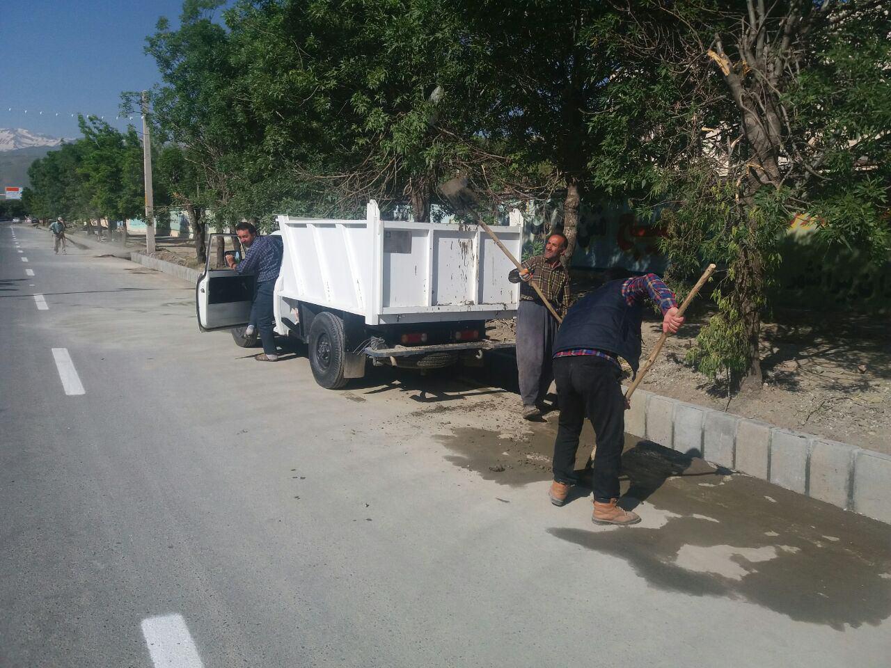 پاکسازی و شستشوی بلوار ارتش بعد از اتمام جدول گذاری توسط خدمات شهری شهرداری