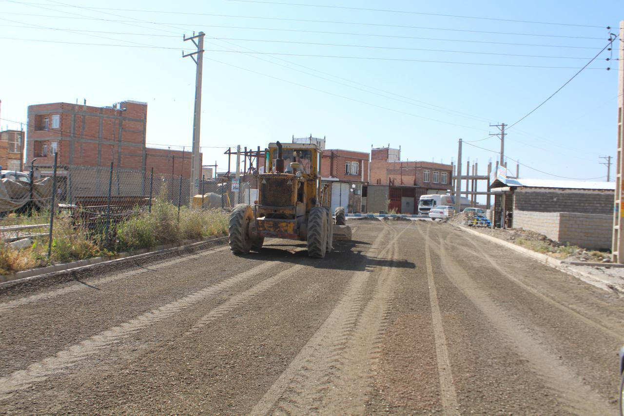 ادامه شن ریزی خیابان منطقه مام خلیل و آماده سازی و زیر سازی درخصوص آسفالت کامل